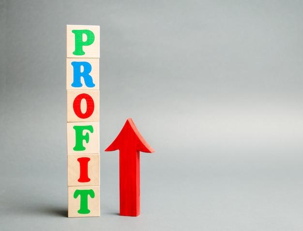 Деревянные блоки со словом прибыль и стрелка вверх. концепция успеха в бизнесе