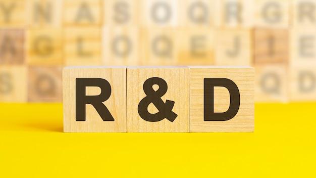 Деревянные блоки с надписью r и d. эквивалентная ссуда. необеспеченные, обеспеченные облигации. бизнес и финансы. r и d - сокращение от ниокр.