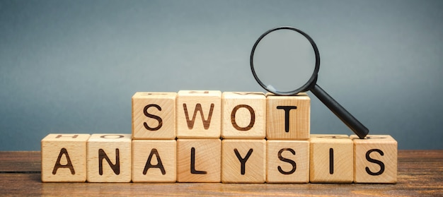 Swot分析という単語と虫眼鏡の付いた木製のブロック。