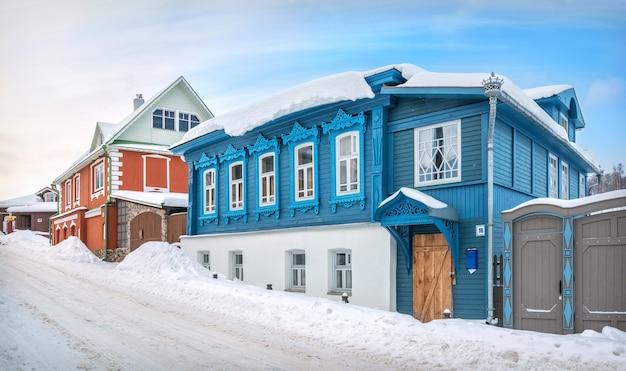 Деревянный синий дом на никольской улице в плёсе в свете зимнего дня под голубым небом