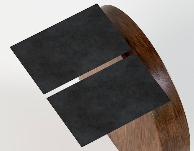 Деревянная доска и черные пустые корпоративные канцелярские товары