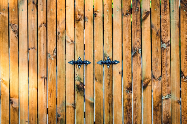 金属のハンドルと木の板の背景。