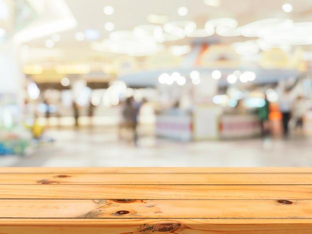 木の板の空のテーブルは、デパートの背景にぼかし。
