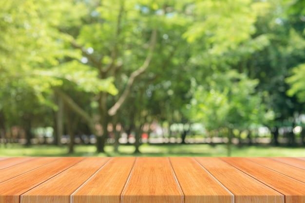 Деревянный стол пустой стол перед размытым фоном.