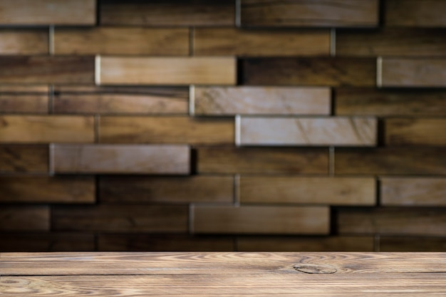 Деревянная доска пустой стол перед размытой поверхностью