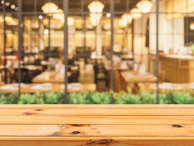 背景をぼかした写真の上に木の板の空のテーブルトップ