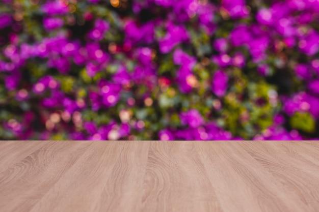 배경으로 흐림 꽃 나무 보드 빈 테이블