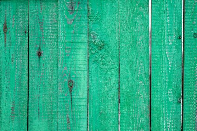 剥離グリーンペイントで塗装された木の板柵