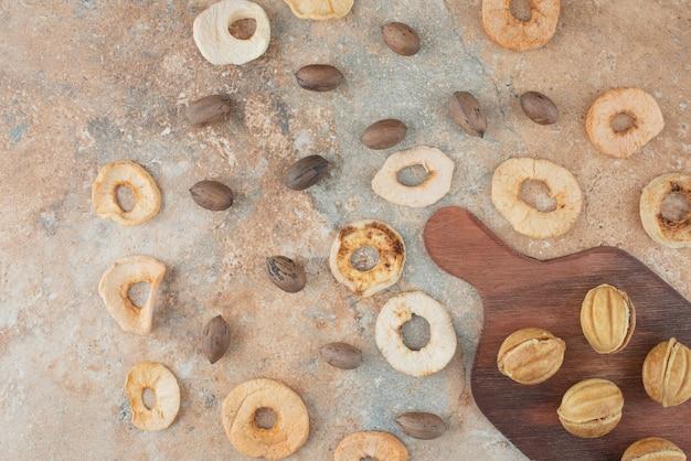 Una tavola di legno piena di biscotti dolci e una tazza di tisana