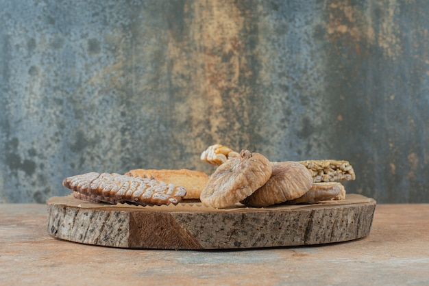 Una tavola di legno piena di biscotti dolci e croccantini di arachidi