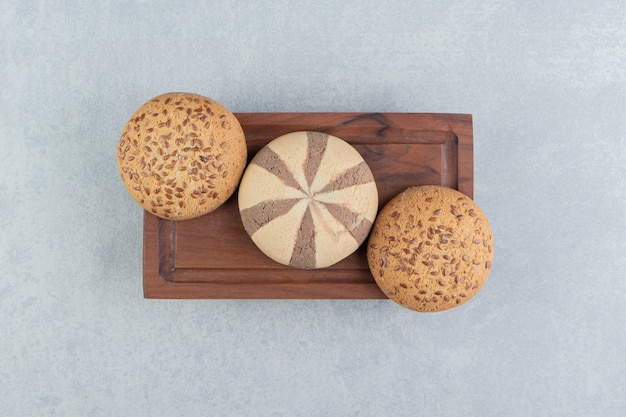 Una tavola di legno piena di biscotti dolci.