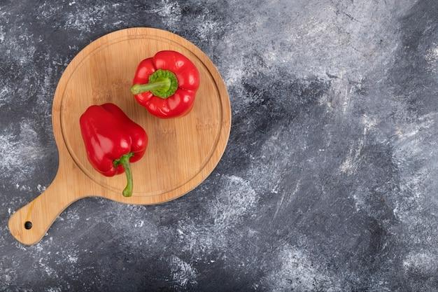 Деревянная доска красного перца на мраморной поверхности.