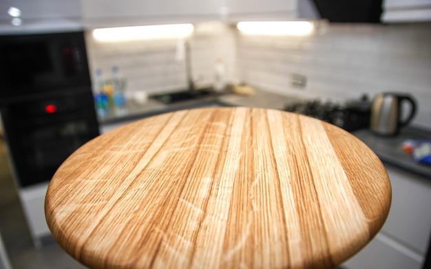 Деревянная доска на фоне кухни место для товаров или посуды