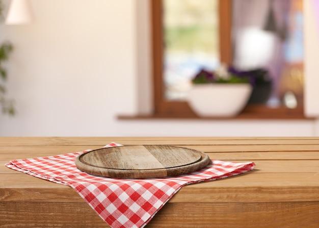 그런 지 배경 위에 식탁보에 나무 보드 스탠드
