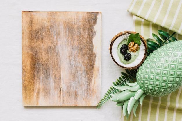 Frullino di legno e frullato estivo in cocco