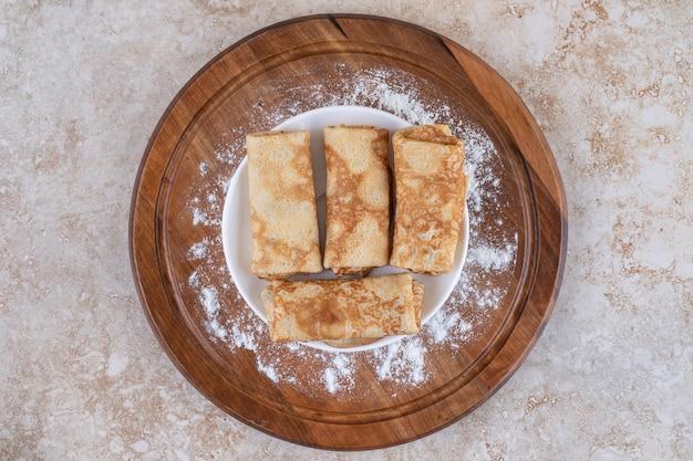 Una tavola di legno di gustose crepes fatte in casa