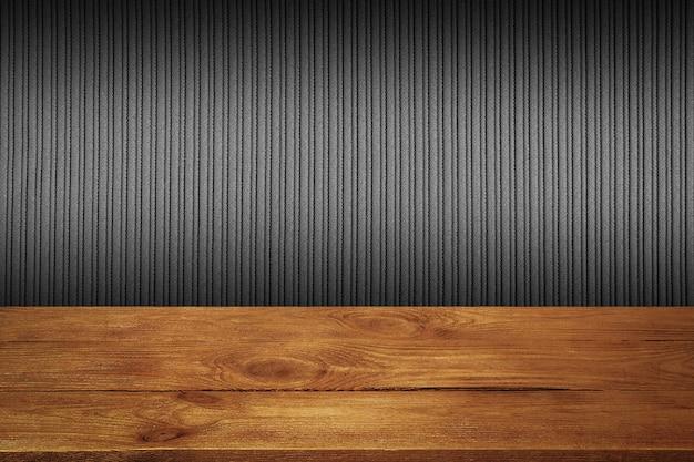 검은 줄무늬 질감 벽 배경으로 나무 보드