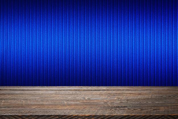 블루 스트라이프 질감 벽 배경으로 나무 보드