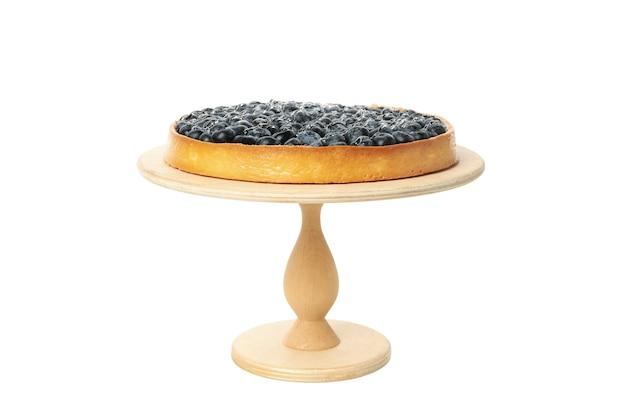 Деревянная доска с черничным пирогом, изолированным на белом