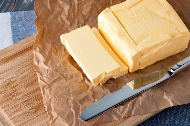 青い市松模様のナプキンにバターと木の板
