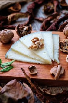 チーズとクルミの木の板