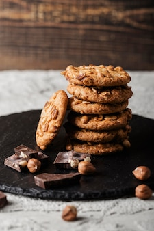 チョコレートクッキーと木の板