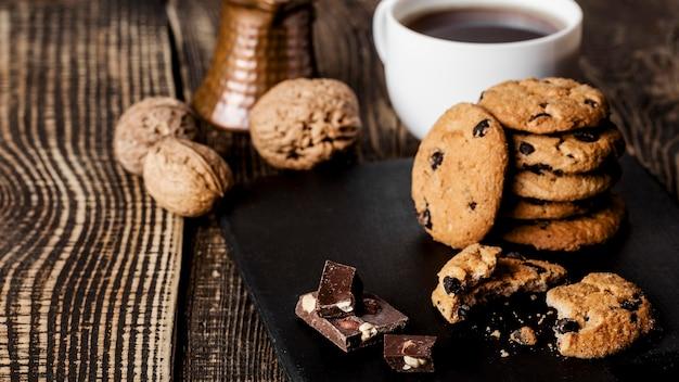 Tavola di legno con biscotti e tazza di caffè