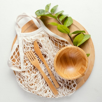 Деревянная доска со столовыми приборами