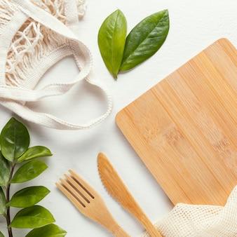 カトラリーと木の板