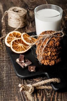 Деревянная доска с вкусным печеньем и молоком