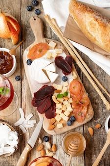 さまざまな種類のチーズと木の板