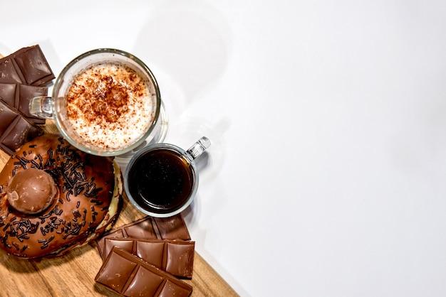 도넛, 초콜릿, 커피, 모카를 넣은 나무 판자. 평면도.
