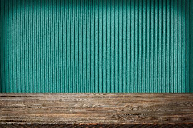 녹색 줄무늬 질감 벽 배경으로 나무 보드