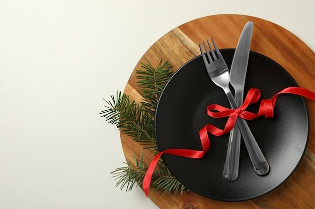 白に新年のテーブルを設定した木の板