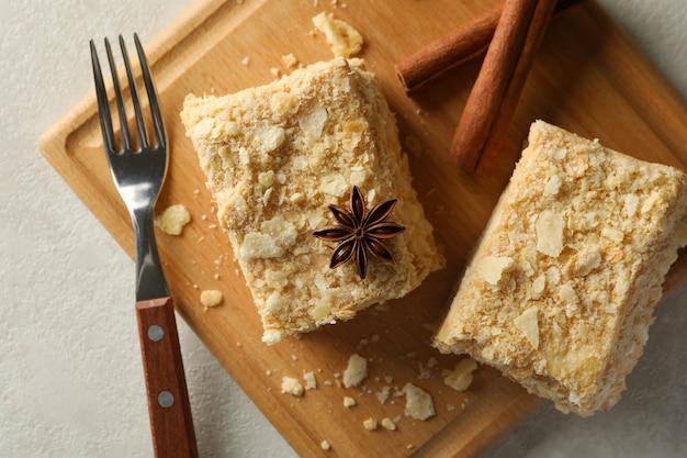 シナモンとナポレオンケーキの断片と木の板