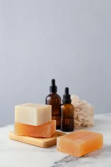 Деревянная доска с мылом и сывороткой