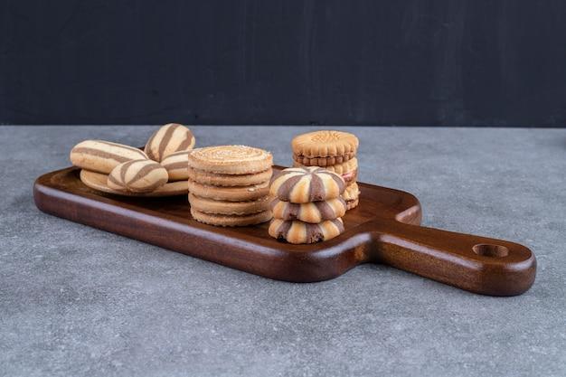 Una tavola di legno con una varietà di biscotti impacchettati insieme