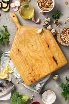 さまざまな健康食品と木の板