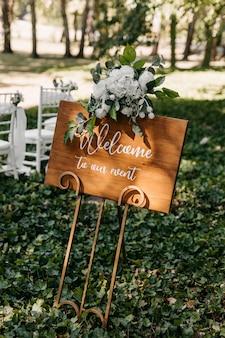 Деревянная доска с текстом добро пожаловать на наше мероприятие на свадебной церемонии