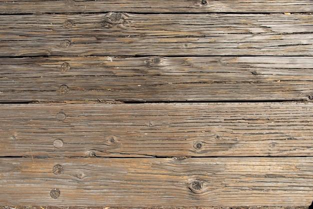 素朴な床を形成する木の板