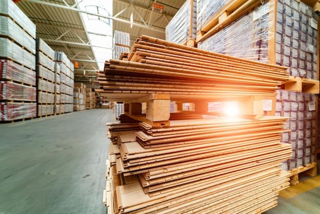 Деревянные доски, пиломатериалы, деловая древесина, пиломатериалы. стек древесины сосны из натуральных грубых деревянных досок на строительной площадке. промышленные деревянные строительные материалы