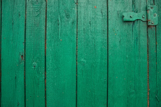 Деревянные доски окрашены в зеленый цвет. шероховатая и потрескавшаяся поверхность. старое дерево и краска.