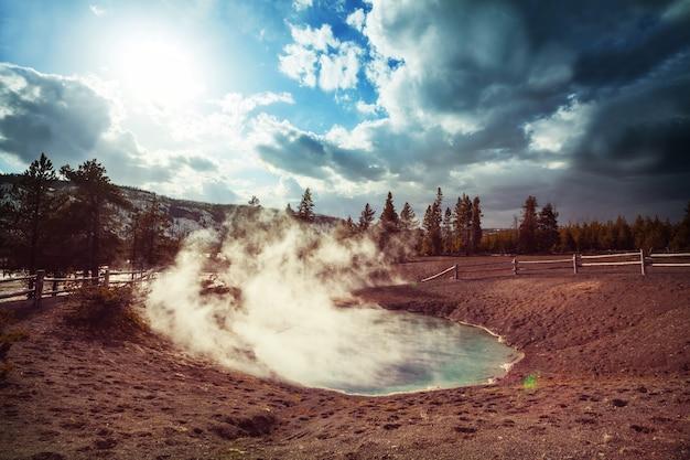 アメリカ、イエローストーン国立公園の間欠泉畑に沿った木の遊歩道