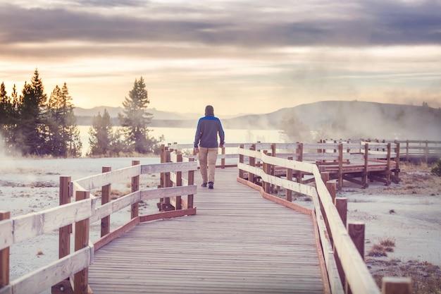 アメリカ合衆国、イエローストーン国立公園の間欠泉畑に沿った木の遊歩道