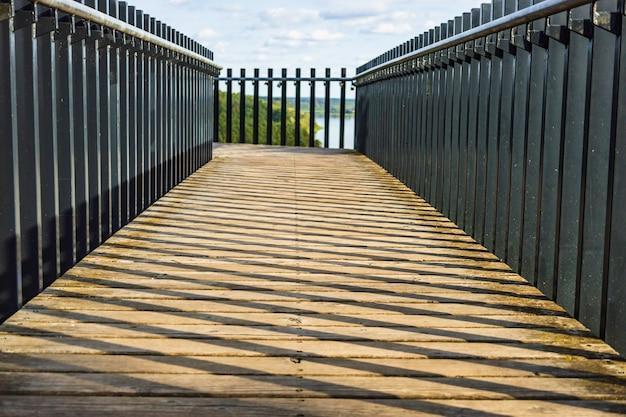 전망대로 이어지는 나무 판자 산책로와 금속 난간.