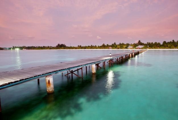 몰디브의 열 대 해변에 나무 판자