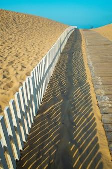 해변으로 가는 나무 판자