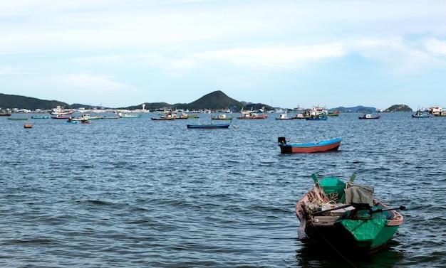 海の漁師の木製ボート