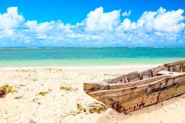 Деревянная лодка на пляже диани в кении, африке. Premium Фотографии