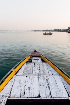 インド、バラナシのガンジス川を航行する木製ボート